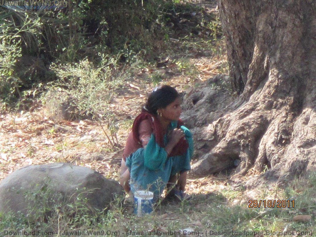 lokales-indisches-jugendlich-pinkelndes-maedchenfoto